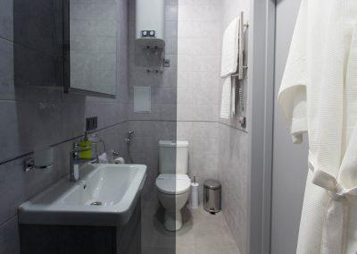 Туалет у ванній кімнаті. Номер «Бізнес» в готелі Sumskaya Apartments, Київ, Україна.